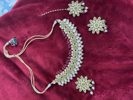 Picture of Kundhan necklace with earrings and tikka